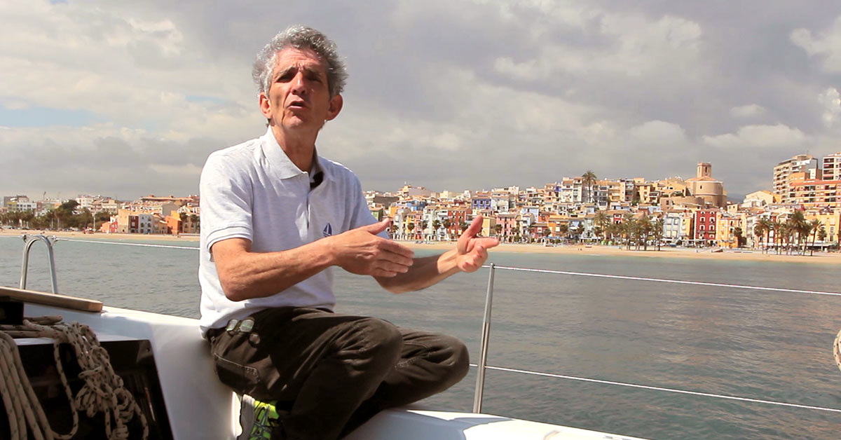 Alberto Contreras explicando a cámara las peculiaridades de Villajoyosa