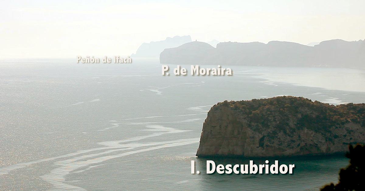 Primer Plano Isla del Descubridor, a continuación Punta de Moraira y al fondo Peñón de Ifach