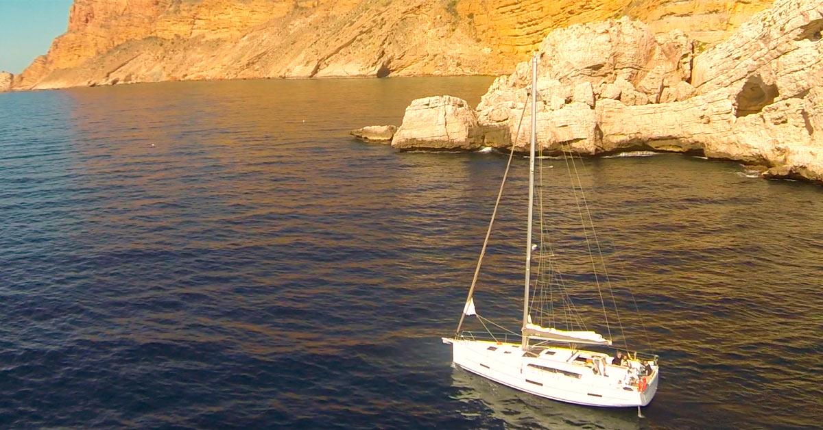 Isla Mitjana, cerca de Benidorm. Detrás, la punta de l'escaleta. Costa Blanca.