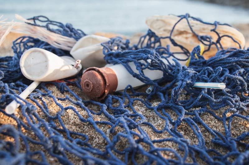 Pescadores del Mediterráneo llevan a puerto los residuos que recogen para que sean reciclados.
